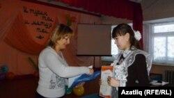 Ирина Агафонова Лиана Чумаровага җиңүче дипломы тапшыра