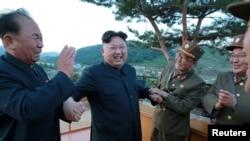 севернокорејскиот лидер Ким Џонг Ун со генерали на Народната армија на Северна Кореја,