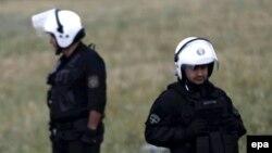 Pamje e dy policëve grekë