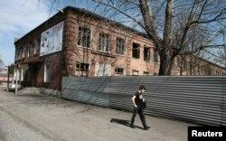 Мальчик идет вдоль школы в городе Беслан, которая захватывалась боевиками-исламистами вместе с заложниками. 13 апреля 2017 года.