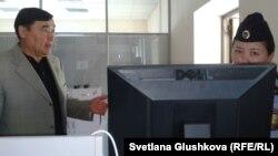 Представитель истца по делу «Правдивой газеты» Рамазан Есергепов требует от охраны Верховного суда пропустить журналистов. Астана, 21 августа 2014 года.