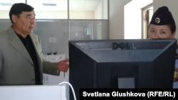 «Правдивой газета» басылымының өкілі Рамазан Есіргепов (сол жақта) журналистерді сот отырысына кіргізуді Жоғарғы сот күзетінен талап етіп тұр. Астана, 21 тамыз 2014 жыл.