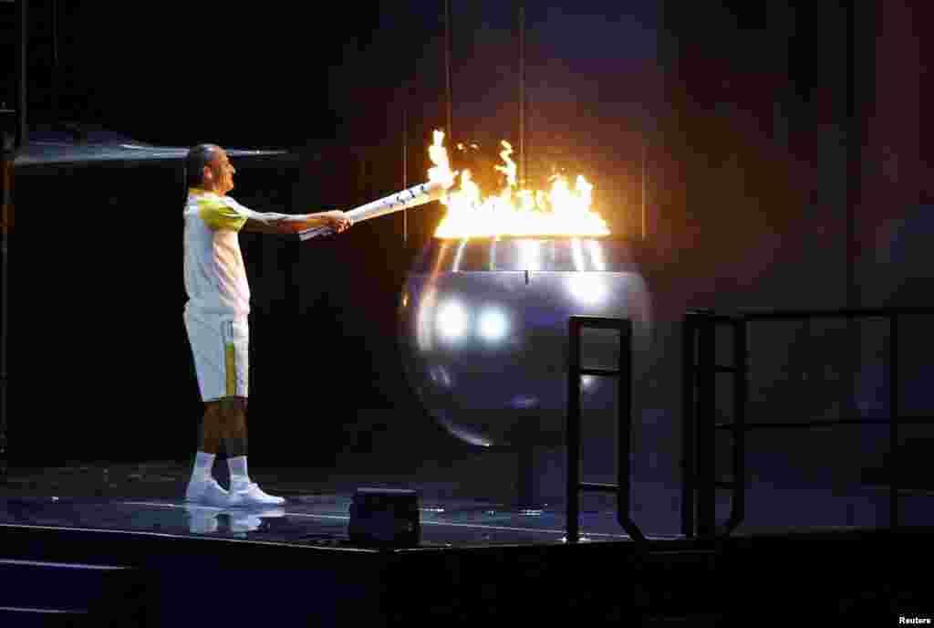 Олимпиада алауын Афин олимпиадасының қола жүлдегері, марафоншы Вандерлей де Лима тұтатты.