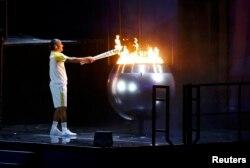 Екс-бігун Вандерлей де Ліма запалює олімпійський вогонь