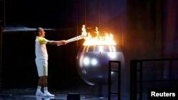 Вандерлей де Ліма запалює Олімпійський вогонь