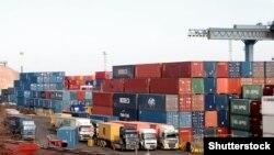 Ukrayna - Dəniz konteyner terminalı. Kranlar gəmiləri yükləyir, Odessa, 5 dekabr 2008