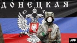 Флаг так называемой Донецкой народной республики. В западном интернет-пространстве его высоко держат тысячи скоординированных комментаторов
