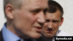 Палкоўнік Яўсееў слухае выступ Уладзімера Някляева пасьля вынясеньня прысуду 20 траўня 2011 году