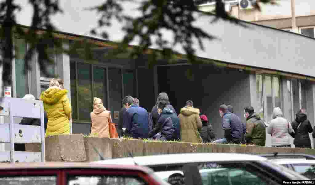 Čekanje ispred COVID ambulante Doma zdravlja Palilula, četvrtak 12. novembra.