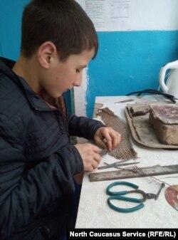 Ученик-кольчужник за работой