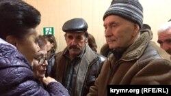 Отец Ахтема Чийгоза Зейтулла (справа) и отец Али Асанова Ахмет в коридоре суда, Симферополь, 28 декабря 2015 года