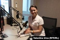 Diana Ștefîrța în studioul Europei Libere