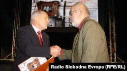 Nebojši Popovu nagradu je predao bivši visoki predstavnik Valetnin