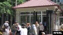 Перед зданием Верховного суда Кыргызстана, где проходили слушания уголовного дела по Ноокатским событиям. 14 мая 2009 года.