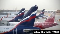 Самолеты авиакомпаний «Аэрофлот» и «Россия» в аэропорту Шереметьево.