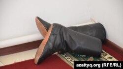 Обувь в углу комнаты в мечети села Актобе Кызылординской области. Март 2015 года.