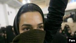 دانشجوی معترض، در جريان سخنرانی محمود احمدی نژاد در دانشگاه اميرکبير