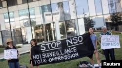 Акция протеста с небольшим числом участников перед офисом израильской компании NSO Group в городе Герцлия. 28 июля 2021 года.