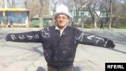 Андуруш Тактанасыраў каля беларускага пасольства ў Бішкеку