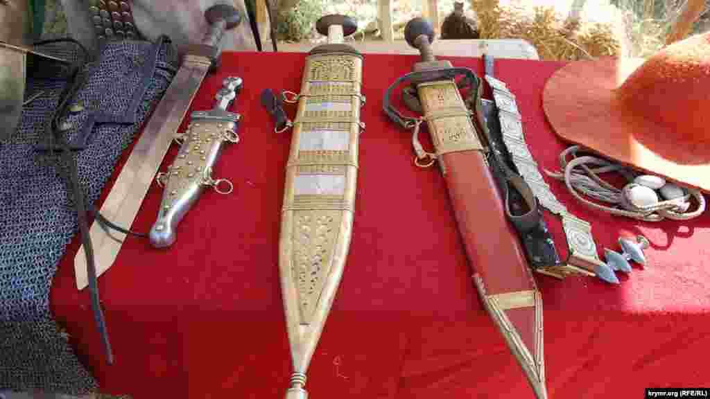 Мечі римських легіонерів на виставці зброї в польовому таборі на Федюхіних висотах