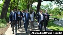 Президент Казахстана Касым-Жомарт Токаев (в центре). Закон о мирных собраниях, раскритикованный правозащитниками, он подписал 25 мая 2020 года.
