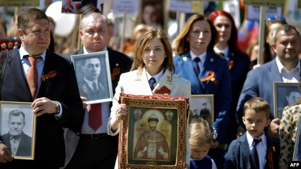 Natalya Poklonskaya (center) carries an icon with a portrait of Nicholas II in the Immortal Regiment march in Simferopol on May 9.