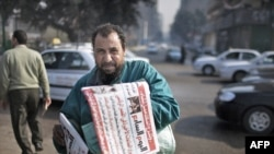 Газет сатып жүрген каирлік. Тахрир алаңы, 14 ақпан 2011 жыл