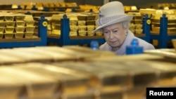 Золото британской короны. Елизавета II во время посещения хранилищ Банка Англии