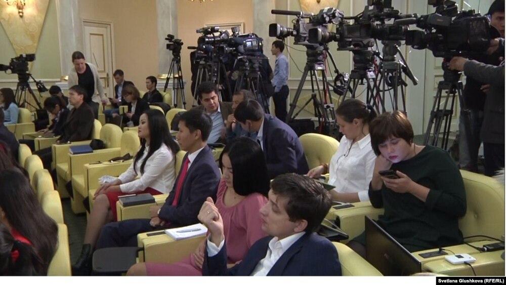 Журналисты в резиденции президента Казахстана Нурсултана Назарбаева в ожидании его выхода к прессе. Астана, 9 октября 2015 года.