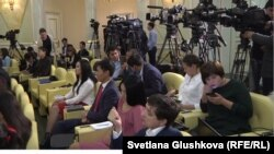 Журналисты в резиденции Акорда, в ожидании выхода к прессе Нурсултана Назарбаева и Петра Порошенко. Астана, 9 октября 2015 года.