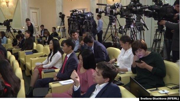 Журналисты в резиденции президента Казахстана в ожидании его выхода к прессе. Астана, 9 октября 2015 года.