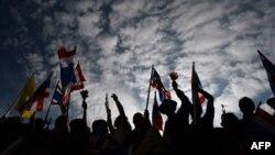 Бангкок: акция протеста около Штаба армии Таиланда 25 ноября 2013 года