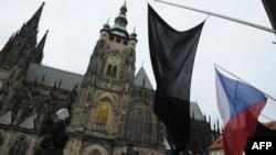 В знак памяти о Вацлаве Гавеле над Пражским Градом приспущен чешский флаг