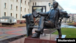 Пам'ятник письменнику Уласу Самчуку (1905-1987) на Театральному майдані в місті Рівному