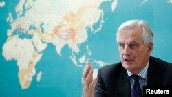 میشل بارنیه، مسئول فرانسوی مذاکرات، به زبان انگلیسی هر چند با لهجه تسلط دارد.