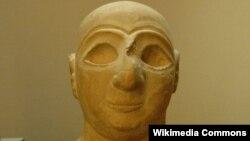 رأس تمثال من مدينة الوركاء الأثرية يعود تاريخه الى 2400 سنة ق.م.