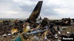 Проросійські бойовики збирають боєприпаси біля збитого українського літака ІЛ-76, 14 червня 2014 року