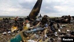 Ուկրաինա - Ռուսամետ անջատականները ռազմամթերք են փնտրում Իլ-76 օդանավի կործանման վայրում, Լուգանսկ, 14-ը հունիսի, 2014թ.