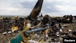 Атып түсірілген украиналық Ил-76 әскери ұшағы құлаған жерде жүрген ресейшіл сепаратистер. Луганск, 14 маусым 2014 жыл.