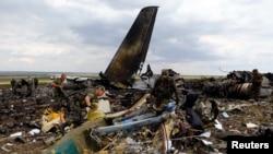 Остов подбитого сепаратистами военного самолета Ил-76.