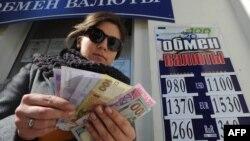 Жительница Крыма около пункта обмены валюты в Севастополе, 18 марта, 2014