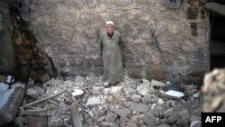 Հալեպ -- Մարդը նայում է իր տան ավերակներին` կառավարական օդուժի ռմբակոծությունից հետո, 15-ը ապրիլի, 2013