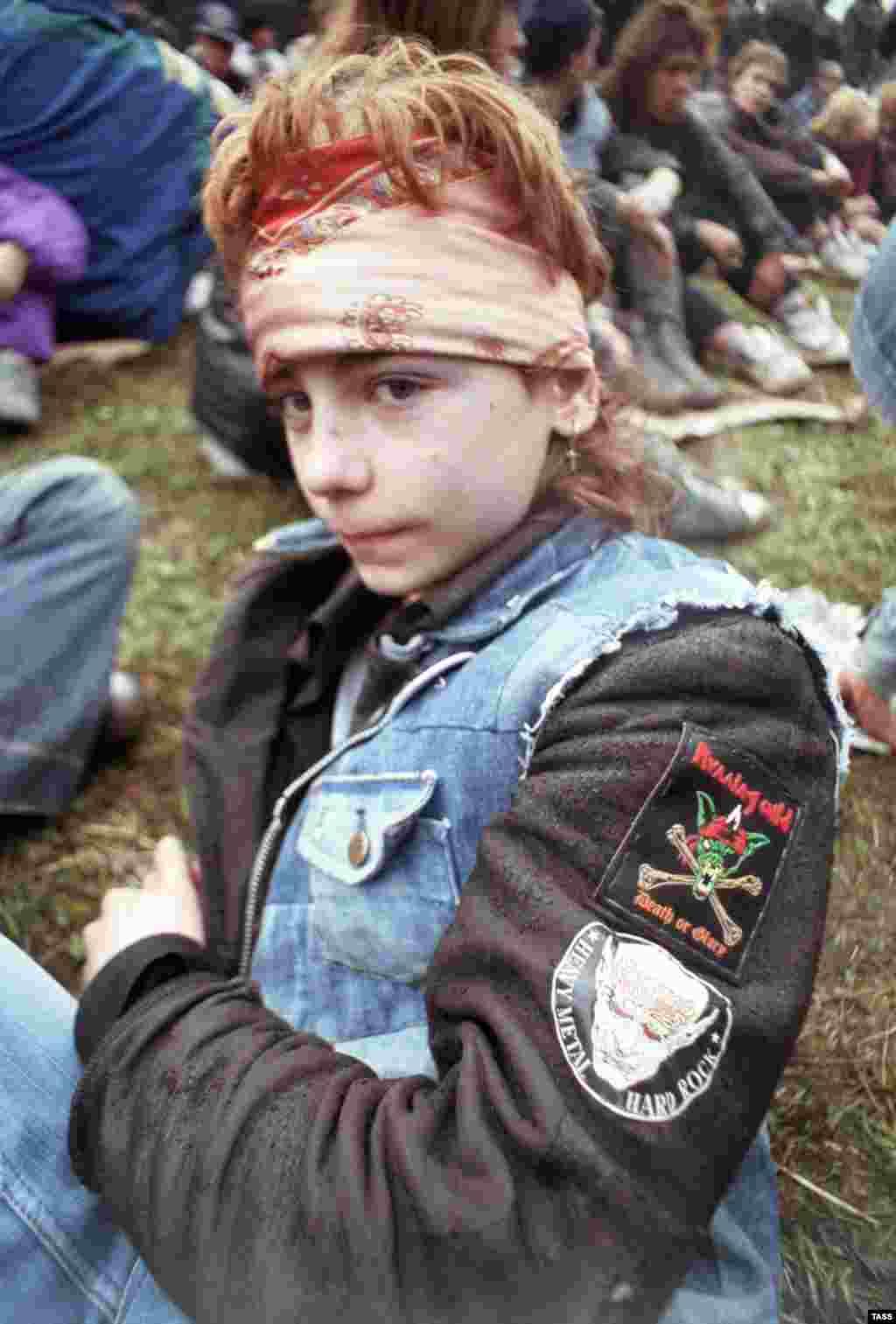"""Юный рокер на международном рок-фестивале """"Монстры Рока"""" на летном поле в Тушино, 1991 год."""