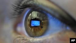 Адам жанарына шағылысқан Skype эмблемасы. Берлин, 11 қаңтар 2011 жыл. (Көрнекі сурет)