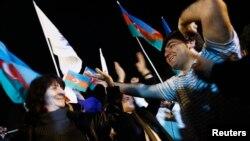 İlham Əliyevin tərəfdarları 2013 il seçkilərində səsvermədən sonra bayram edirlər.