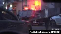 Депутат Дмитро Святаш виходить із офісу Коломойського в Києві 12 квітня 2016 року