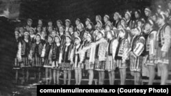 """Căminele culturale erau sufletul petrecerilor sătești. Corul Căminului Cultural Hangu – fotografie din colecția Fundației Culturale """"Gavriil Galinescu"""", Neamț, sursa: comunismulinromania.ro"""