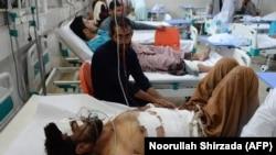 آرشیف، شماری از غیرنظامیانی که در یک حمله انتحاری در ننگرهار زخمی شده اند.