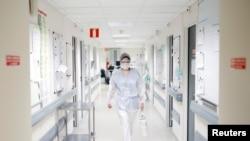 Një punonjëse shëndetësore në një spital të Francës.