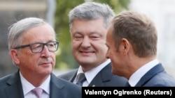 Президент Єврокомісії Жан-Клод Юнкер (ліворуч), президент України Петро Порошенко (посередині) та президент Європейської ради Дональд Туск (праворуч) у Києві, 13 липня 2017 року